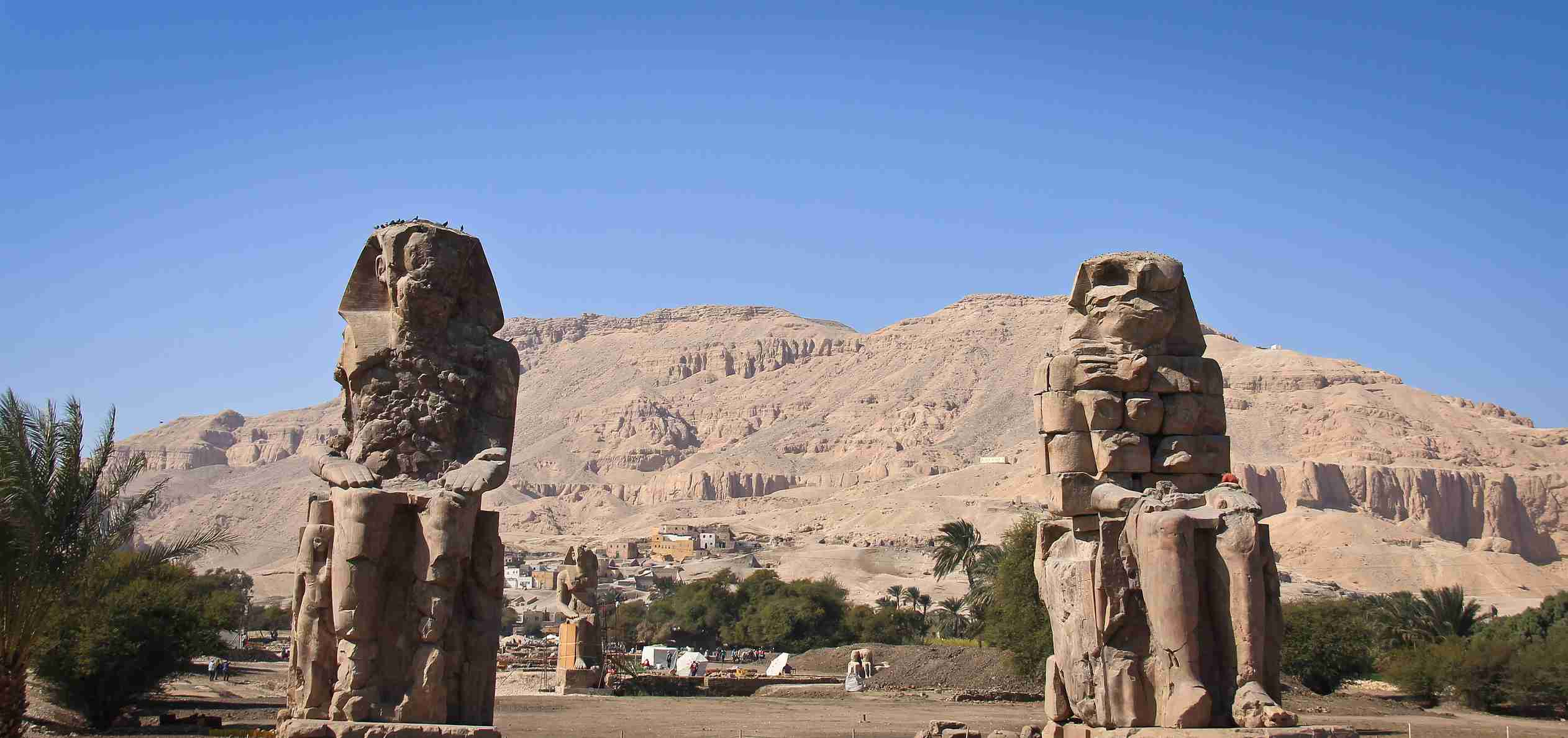 A mortuary temple located in Thebes in Egypt guarded by two statues of about 20 meters in height.