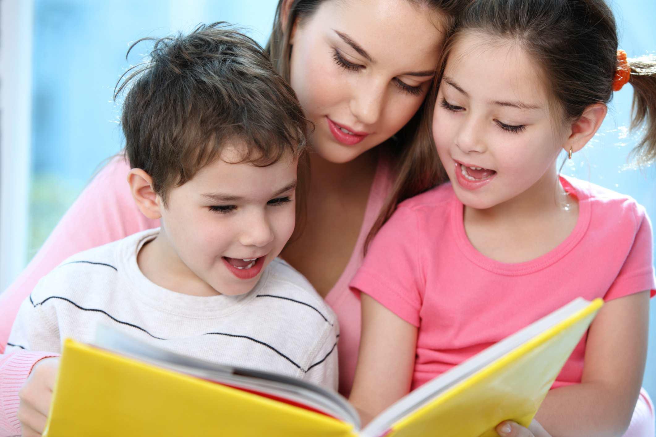 Mamá leyendo con dos niños