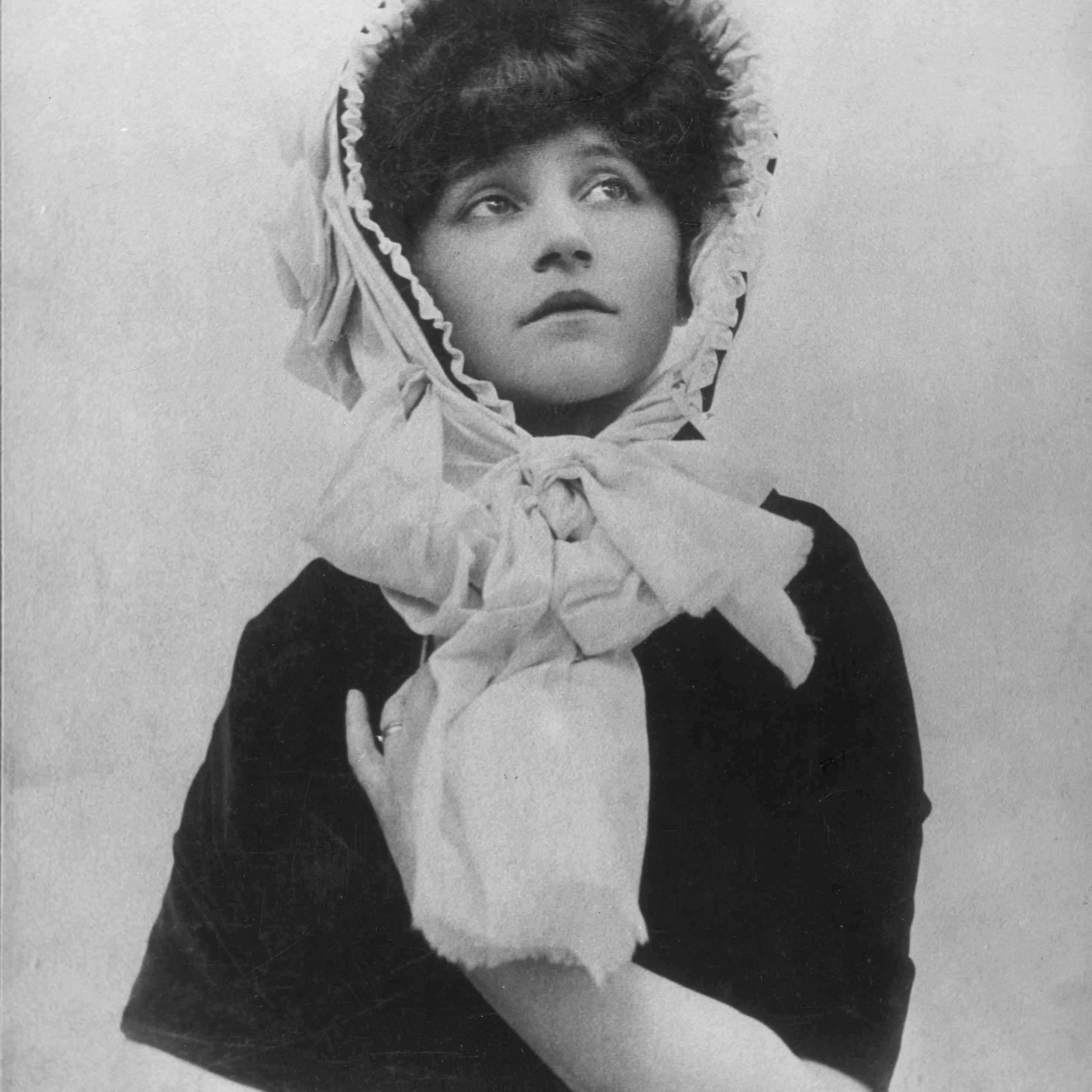 Colette con un gorro y una bufanda envuelta alrededor de su cuello