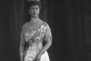 Photograph of Mary of Teck in court regalia
