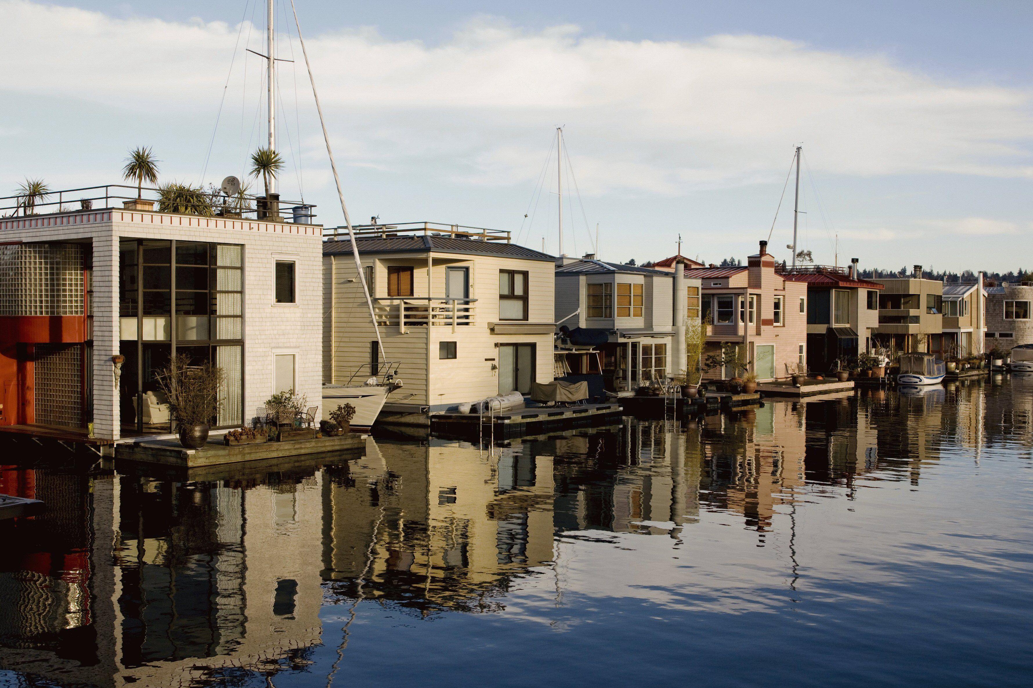 maisons et bateaux le long du rivage de l'eau