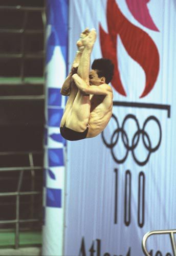 Xiong Ni of China dives in Atlanta in 1996
