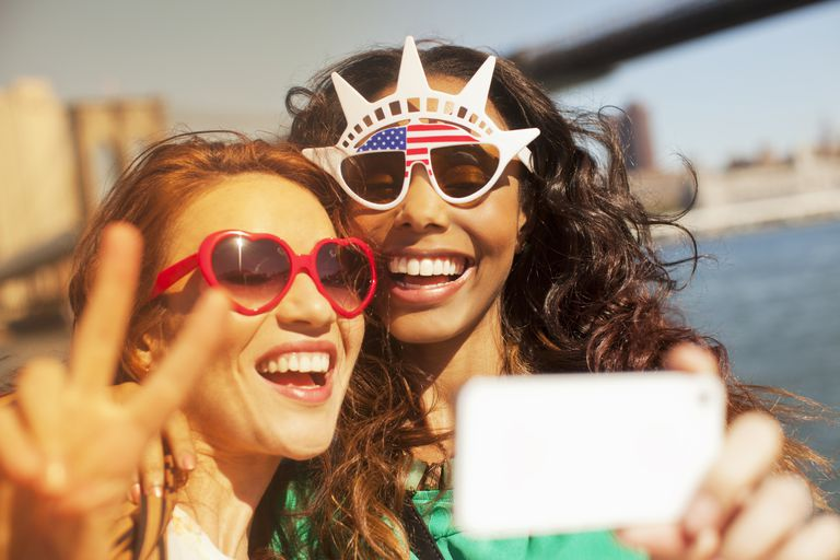 Dos turistas tomando un selfie.