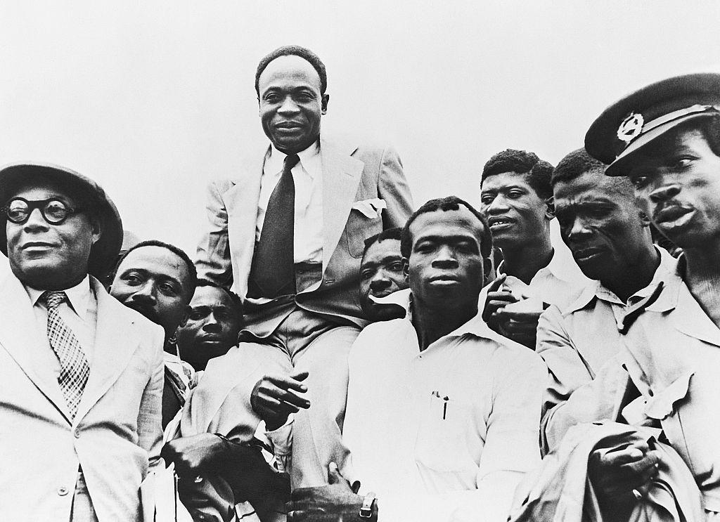 Fotografía en blanco y negro de Kwame Nkrumah en hombros de hombres en la Independencia de Ghana.