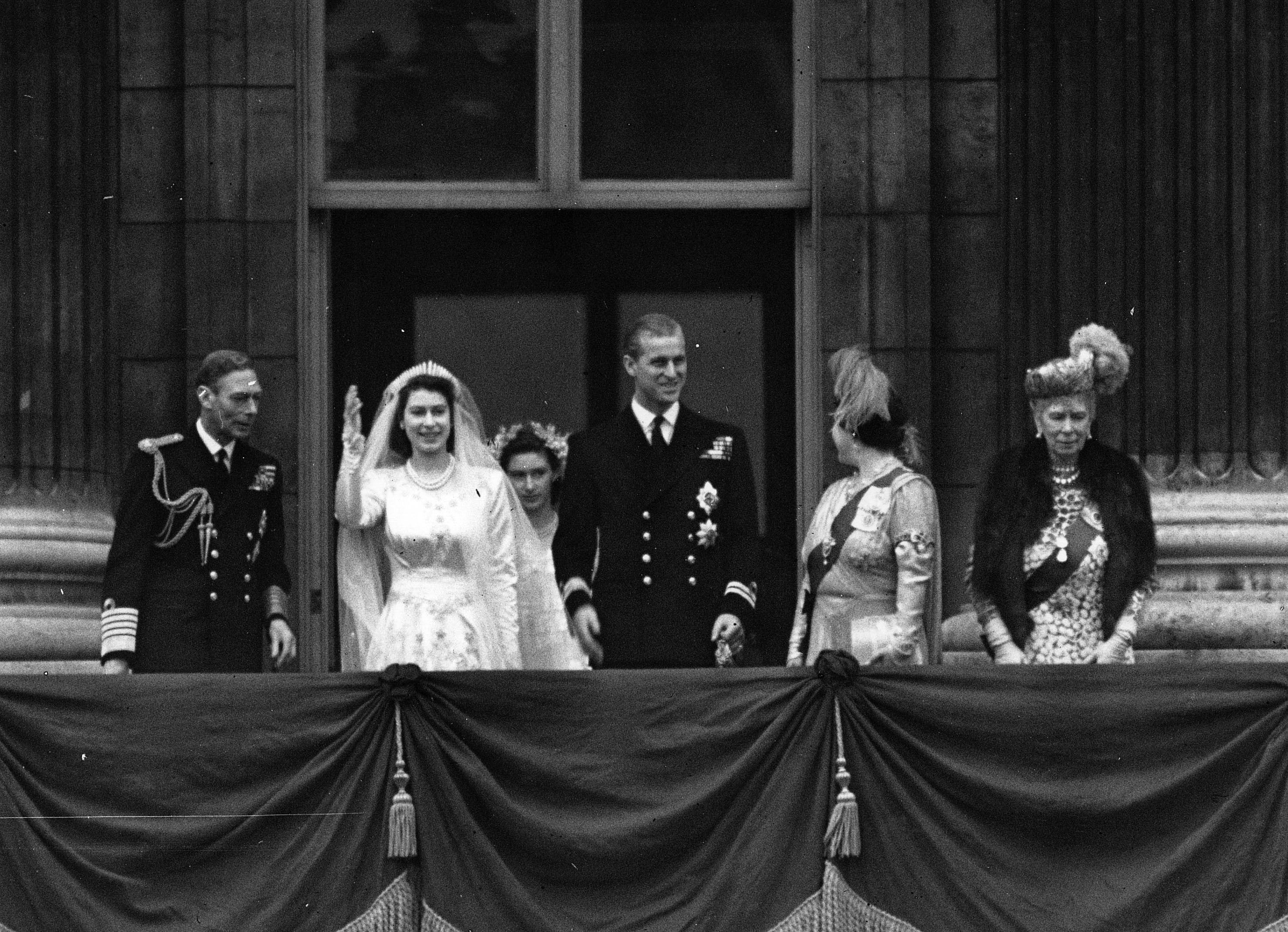 バッキンガム宮殿のバルコニーにいるエリザベス王女とフィリップ、エディンバラ公。