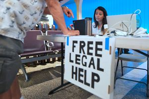 Cartel brindando ayuda legal gratis.