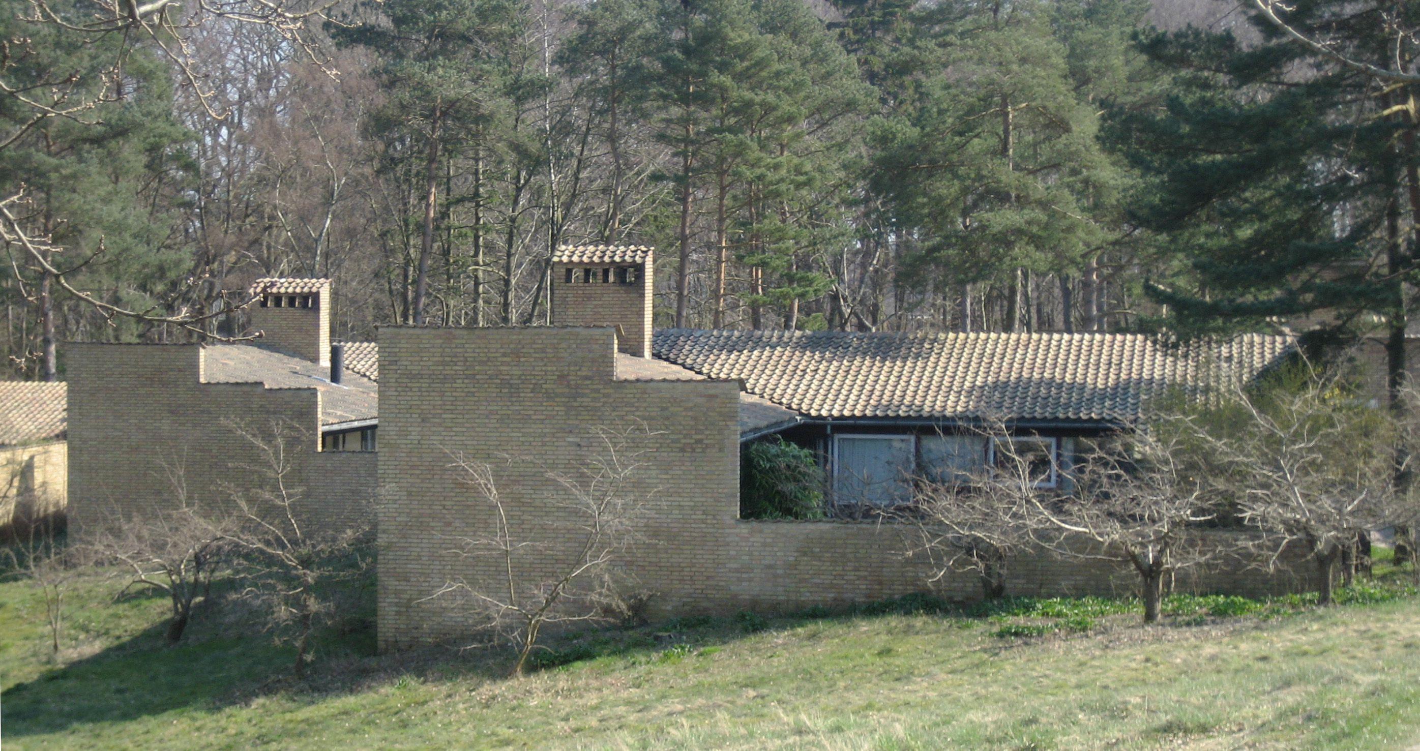 stein lave hus, brede skorsteiner, teglsteinstak