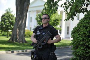 a secret service agent outside the white house