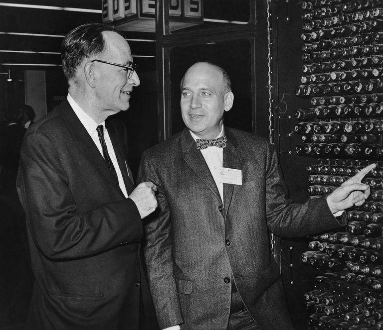 John Mauchly e John Presper Eckert con ENIAC.