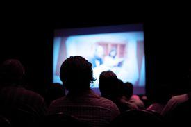 Persone guardare film nel cinema scuro