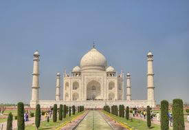 A picture of the Taj Mahal in India on a bright and clear day.