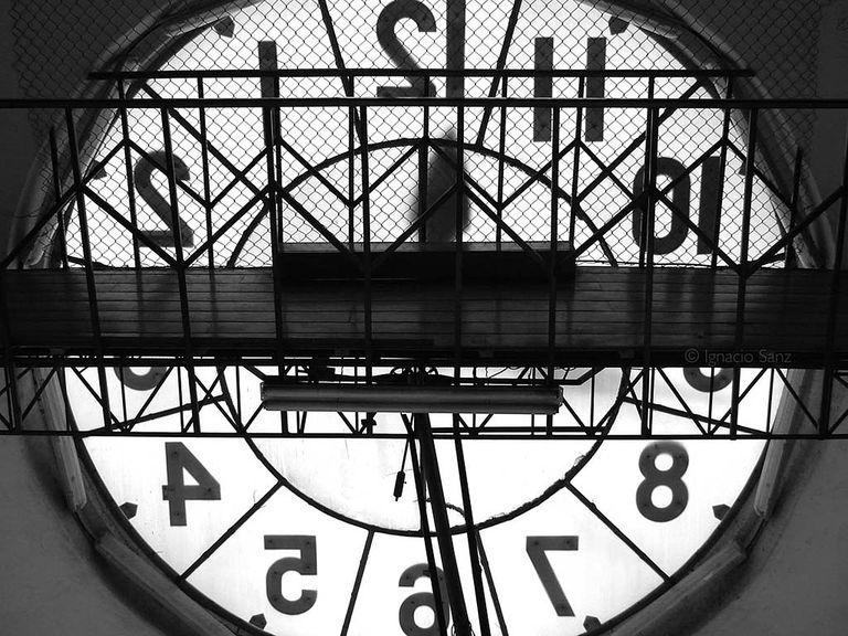 Atras de un reloj