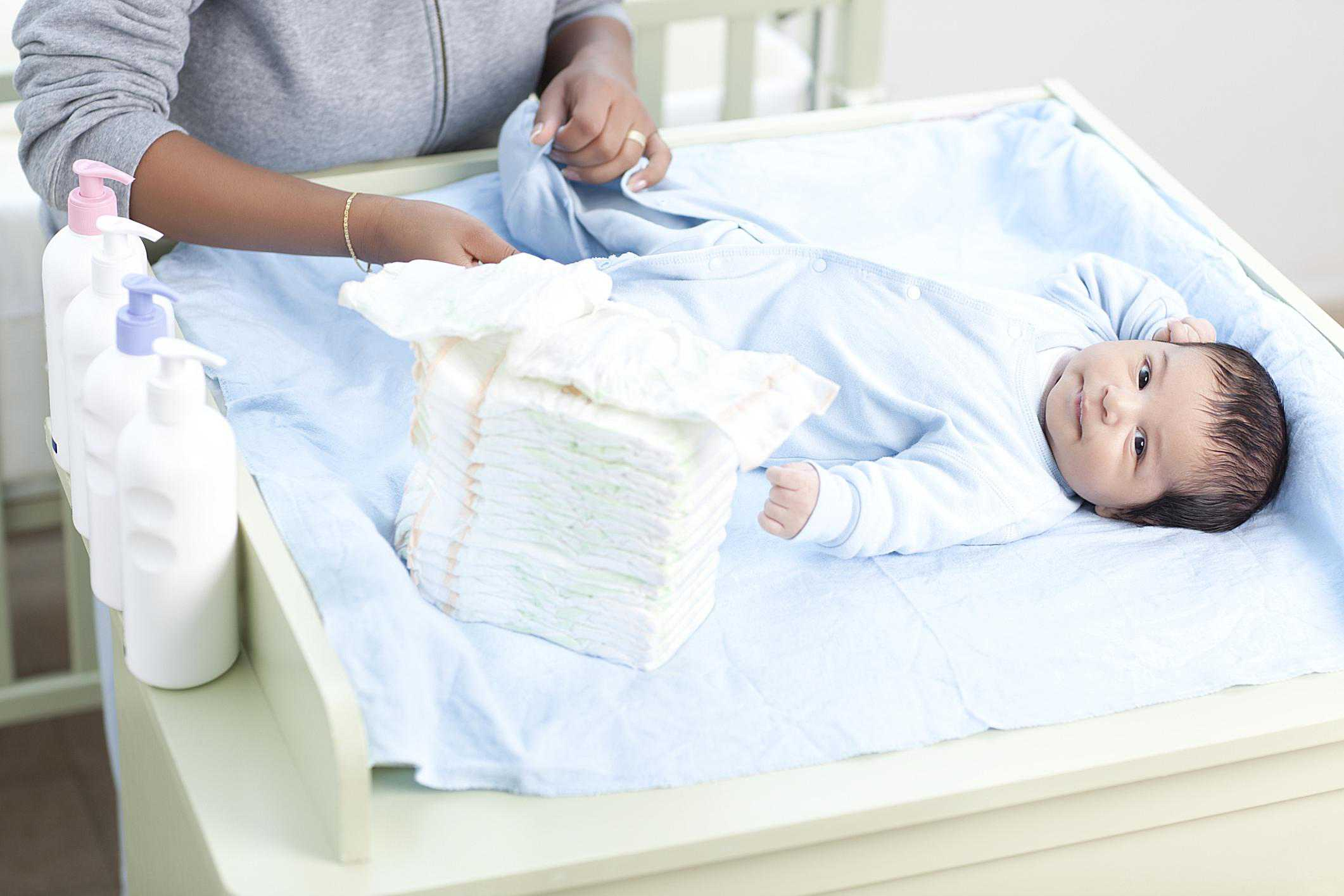 Bebé al cuidado de una niñera