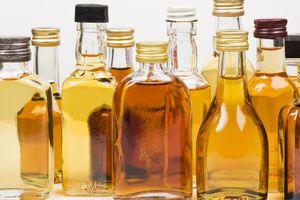 Grupo de botellas con bebidas alcohólicas.