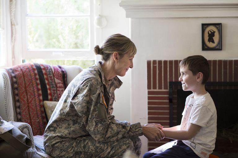 Mujer militar con su hijo