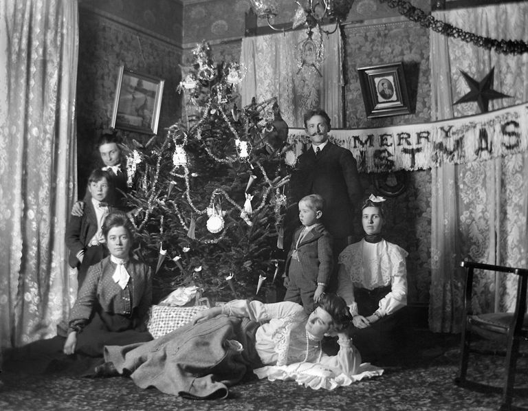 The History Of Christmas.History Of Christmas Traditions In The 19th Century