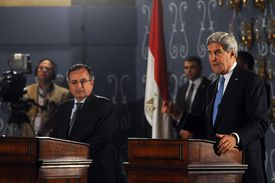 US Secretary of State John Kerry and Egyptian Foreign Affairs Minister Nabil Fahmy give a press conference