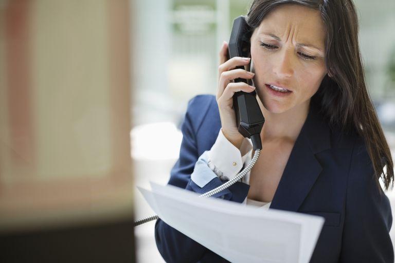 Muchacha realizando una consulta por teléfono