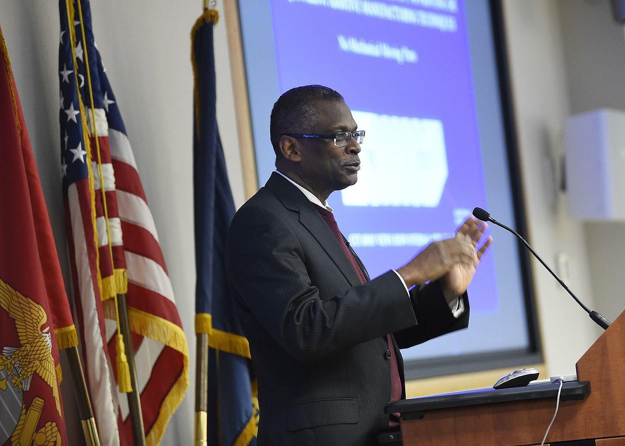 Dr. Lonnie Johnson, Präsident und CEO bei Excellatron, aber wahrscheinlich am besten als Erfinder des Super Soaker bekannt,