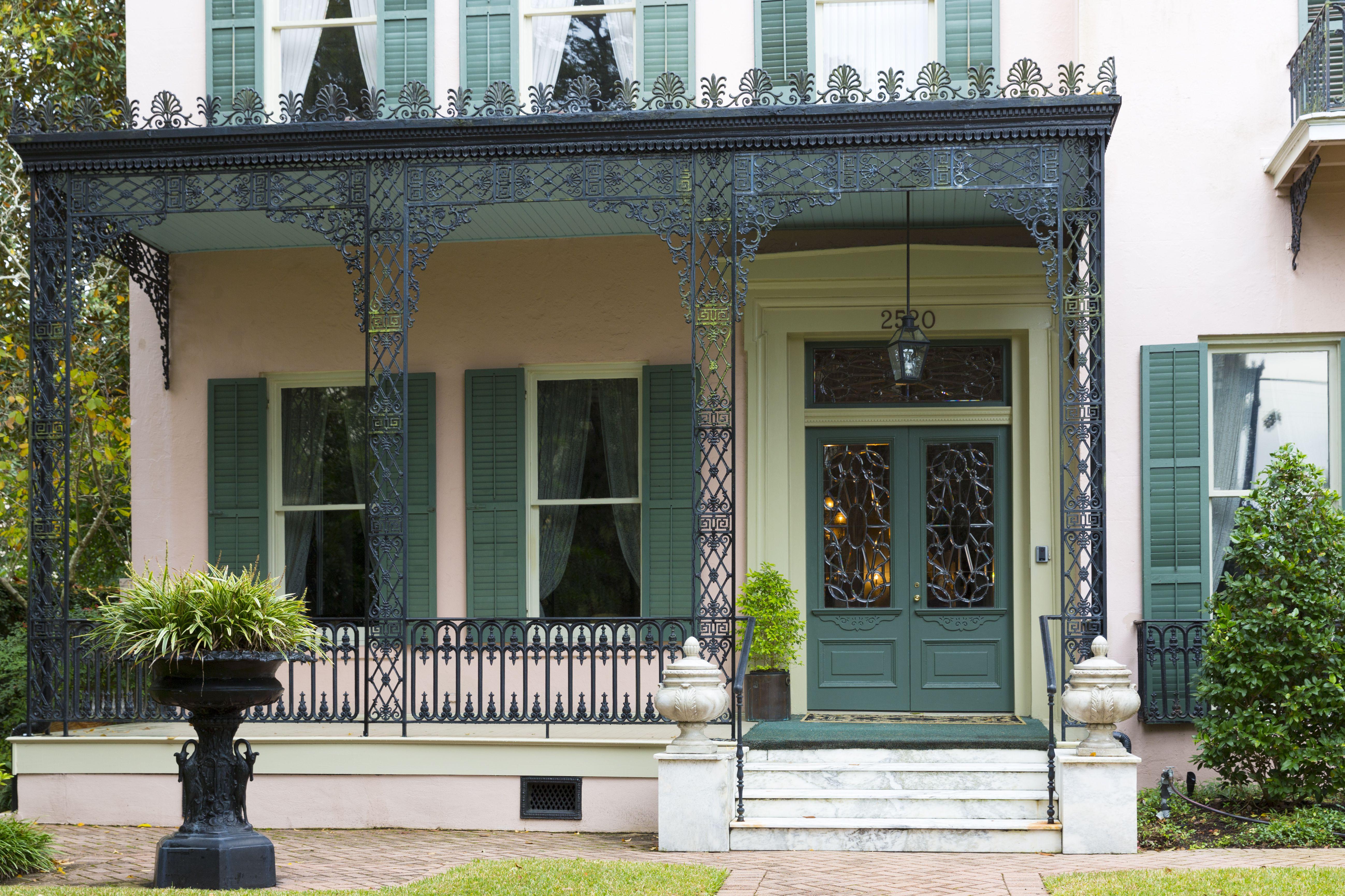 vue détaillée de façade, se concentrer sur le premier étage porche en fer forgé détaillé