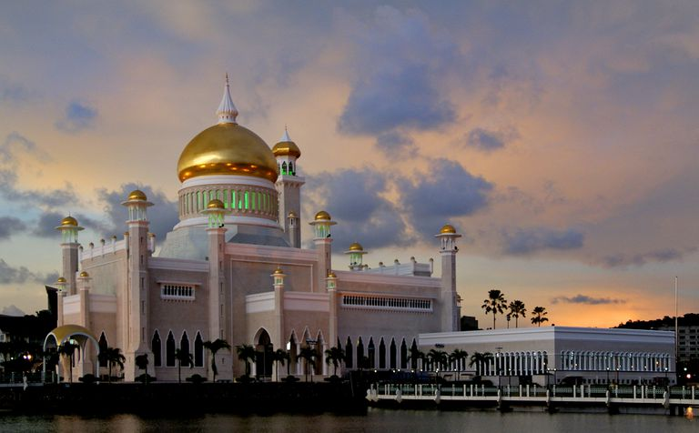 Sultan Omar Ali Saifuddin Mosque in Brunei at sunset.