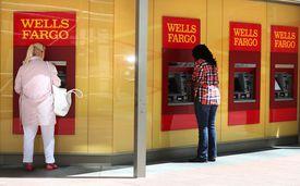 Clientas en ATM de Wells Fargo