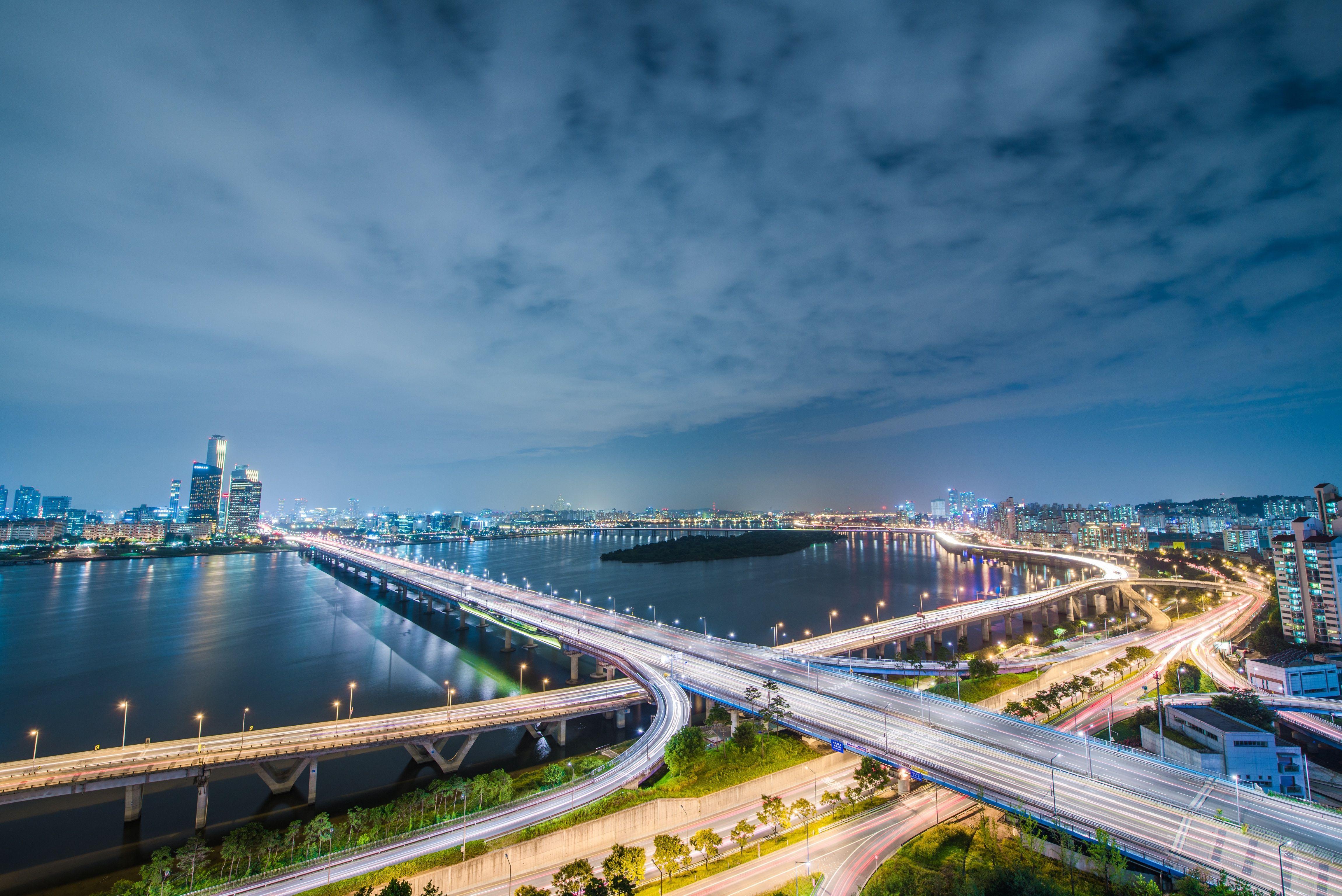 High Angle View der Stadt nachts beleuchtet