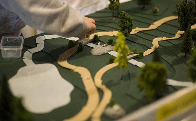 hotograph ενός μοντέλου πάρκου που δημιουργήθηκε από έναν αρχιτέκτονα τοπίου σχολείου.