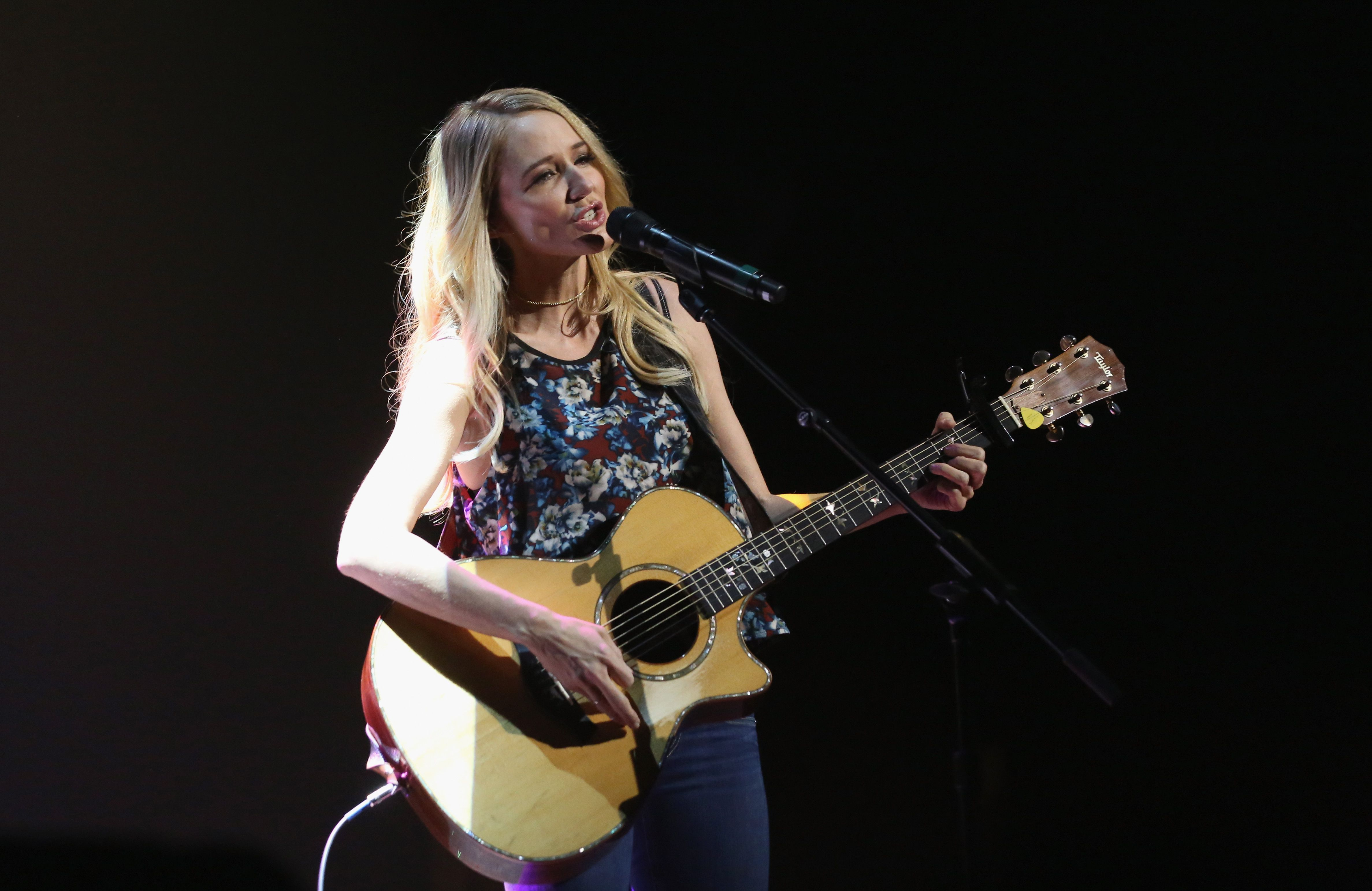 5 Country Artists Similar To Taylor Swift