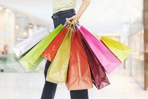 Persona con muchas bolsas de compras
