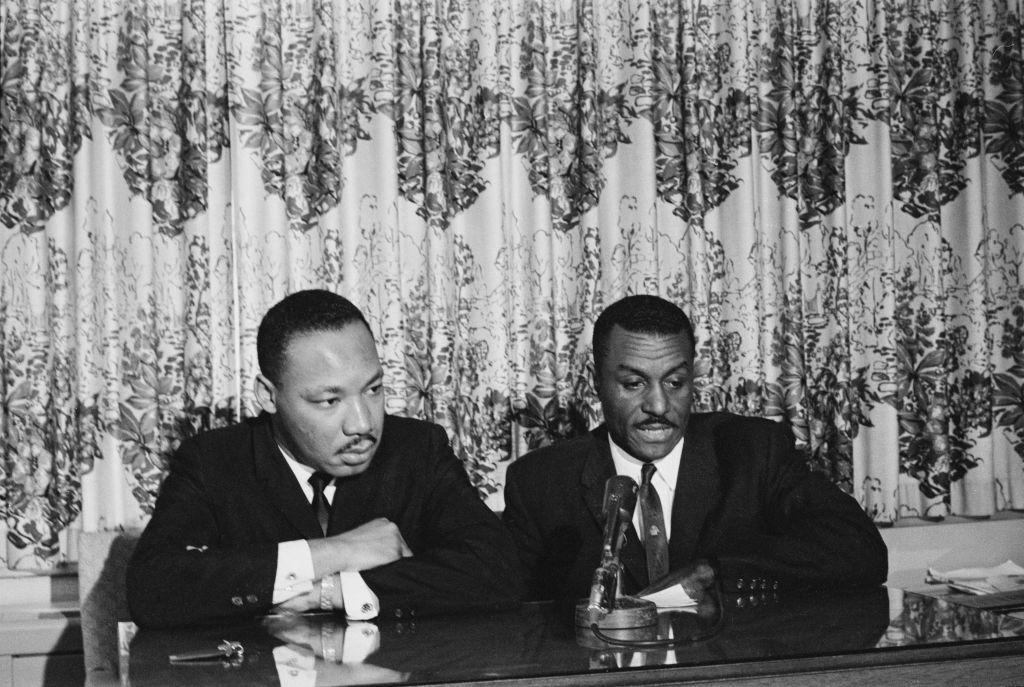Los activistas de derechos civiles Martin Luther King Jr. y Fred Shuttlesworth celebran una conferencia de prensa al inicio de la Campaña de Birmingham, mayo de 1963.