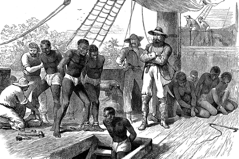 Những người nô lệ bị những người nô lệ xích trên một con tàu và bị buộc dưới boong