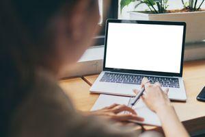 Mujer frente teclado de computadora portátil