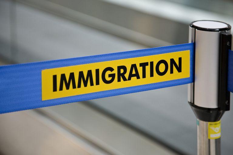 Linea de Inmigración que impide ingresar