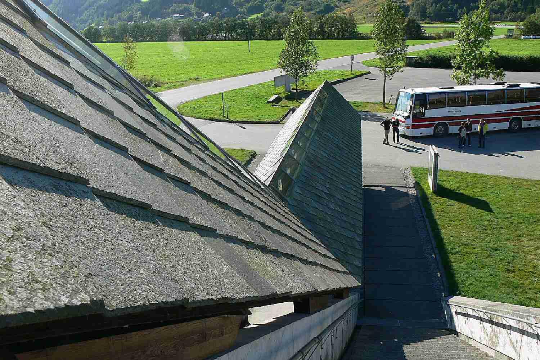 λεπτομέρεια της καλυμμένης εισόδου από πέτρινη και φεγγίτη στέγη