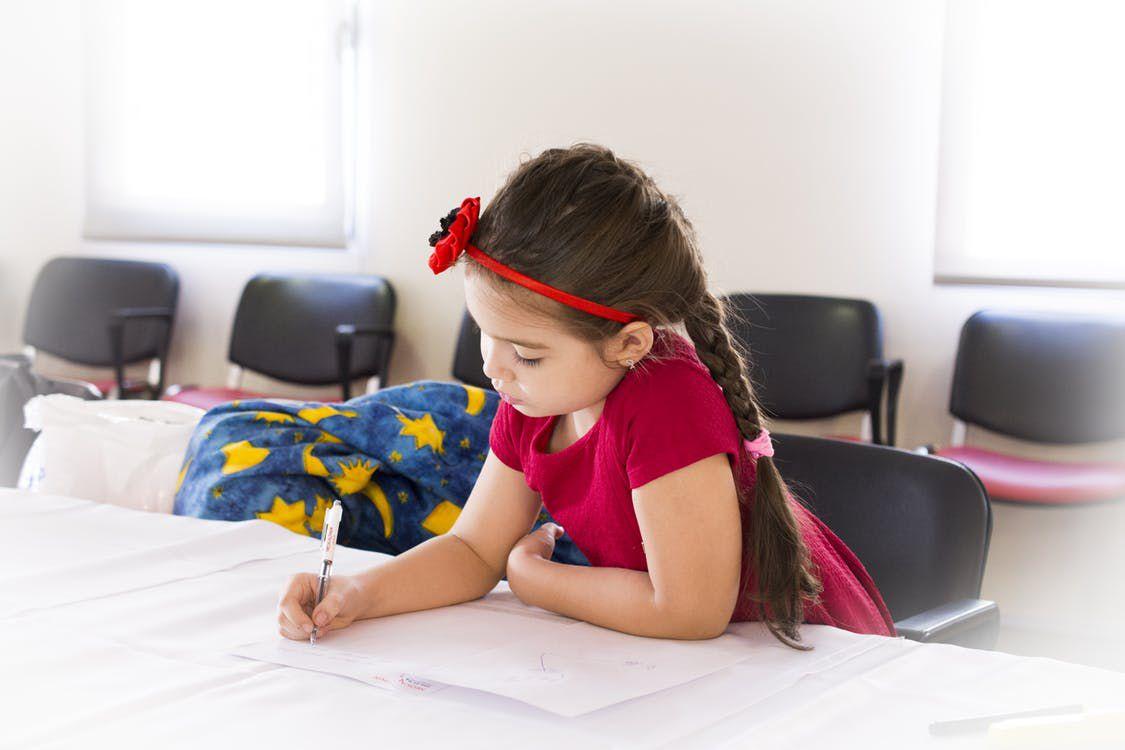 junges Mädchen schreiben