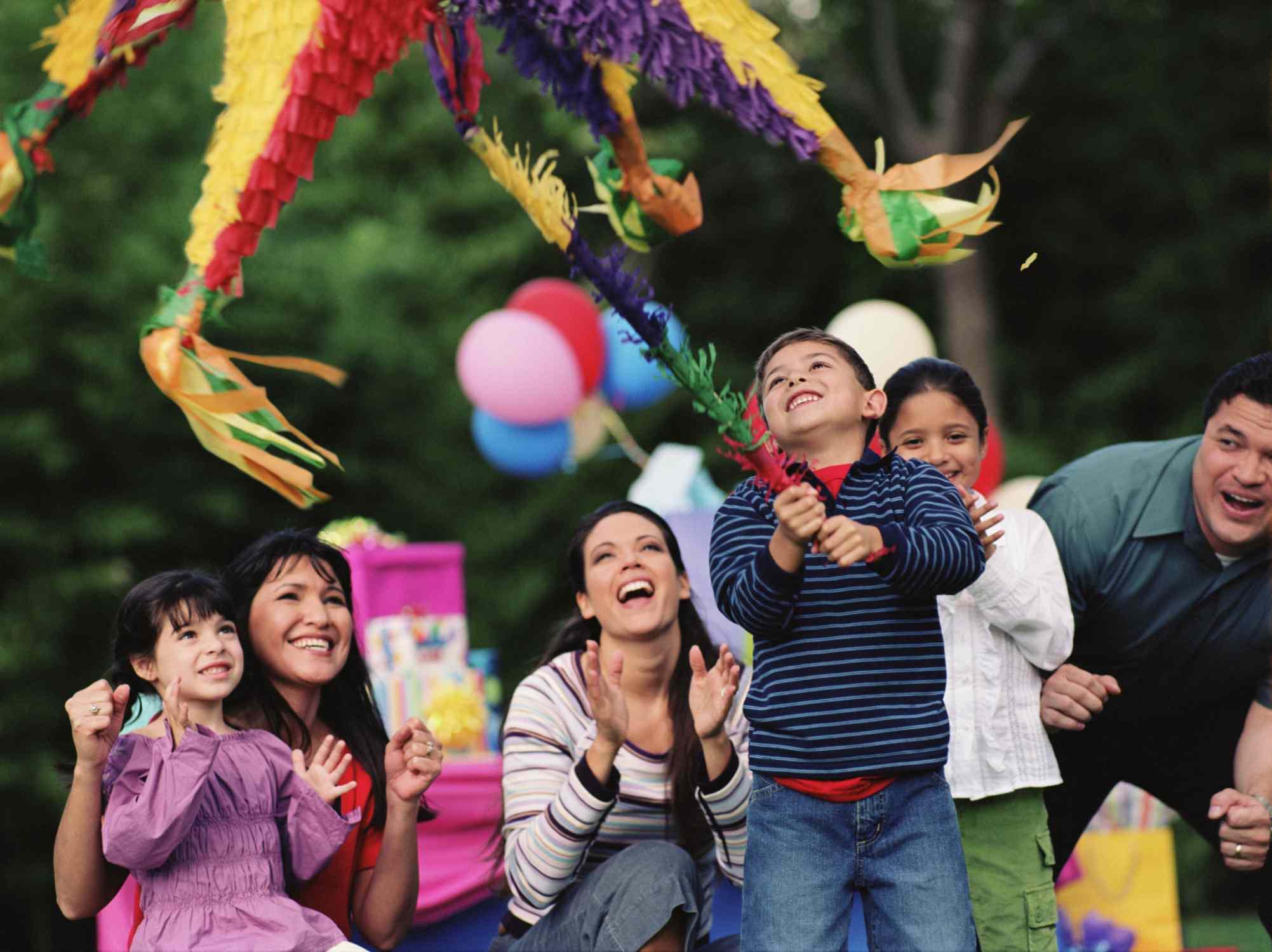 Niños hispanos jugando con una piñata