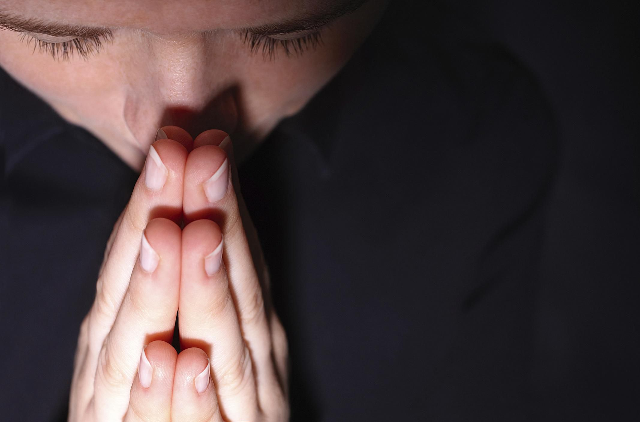 Persona joven con gesto de estar rezando