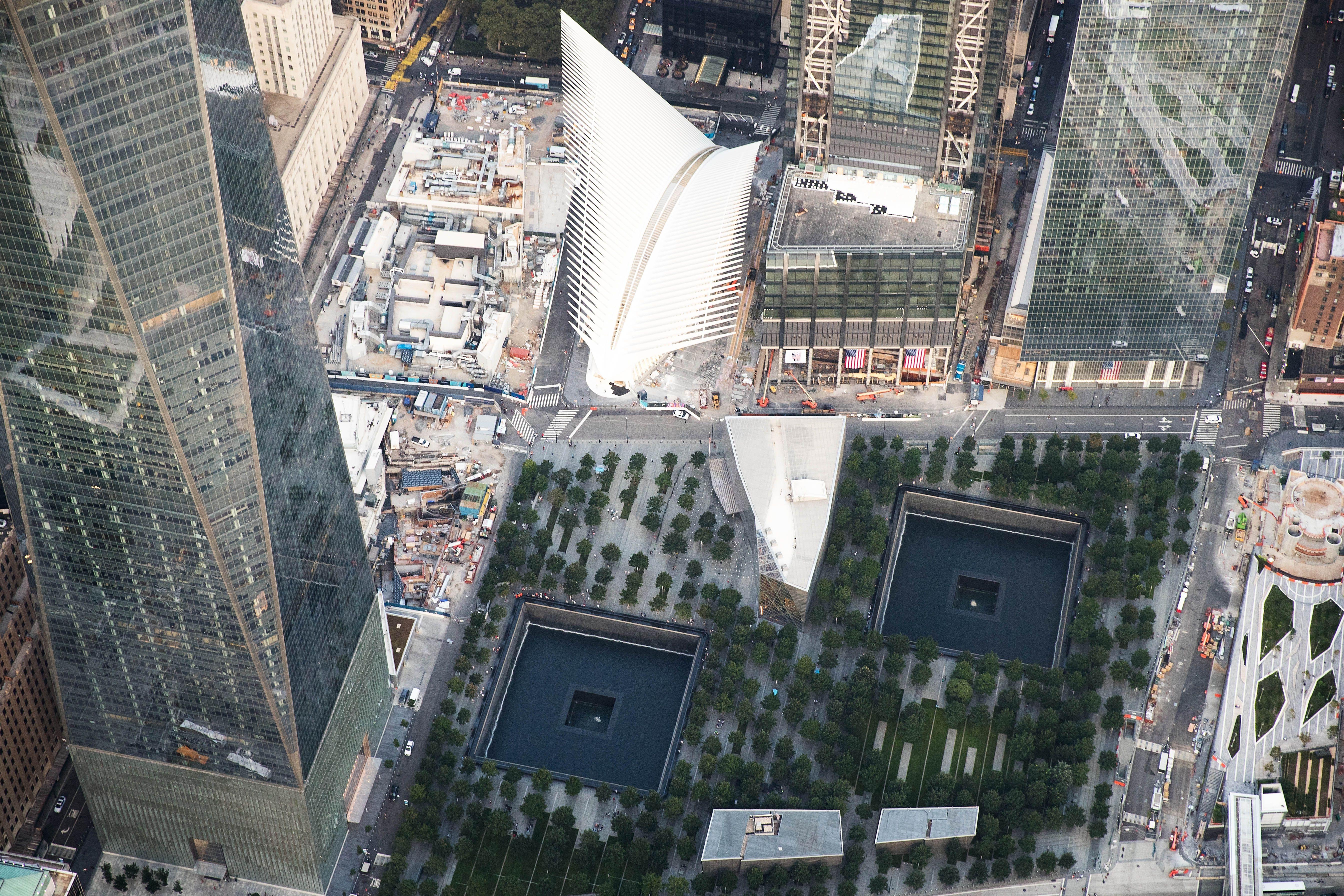 Une vue aérienne du site du World Trade Center montrant le fond des tours 1, 3 et 4, la plaque tournante du transport, TNE deux miroirs d'eau, et le pavillon de coin qui mène au musée souterrain