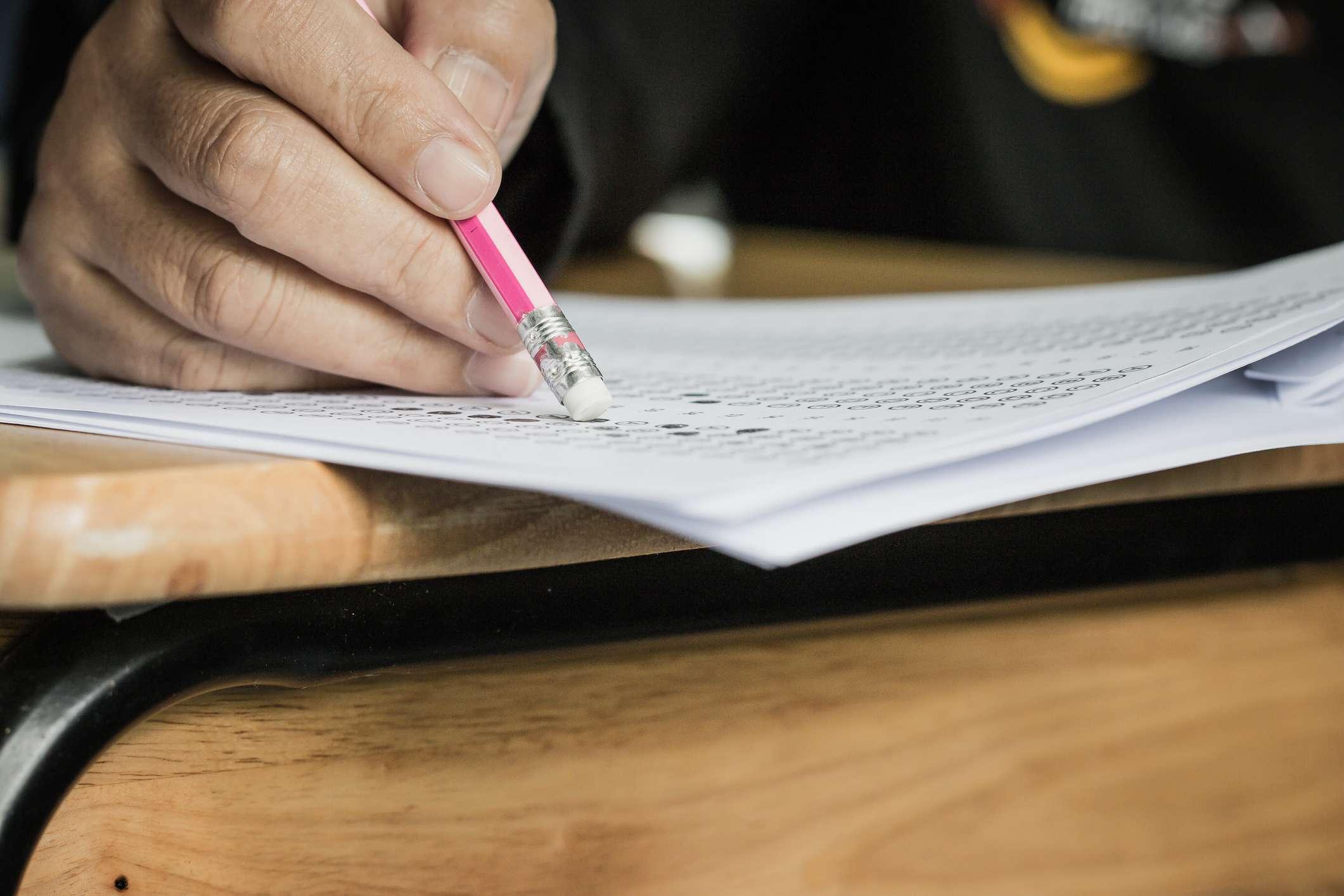 Student hält Radiergummi während der Prüfung