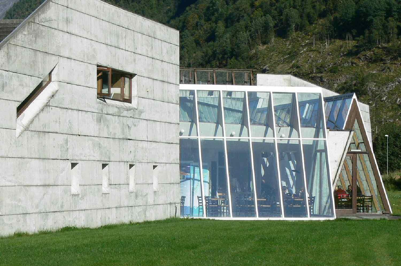 πέτρινο κτίριο με μοντέρνα παράθυρα