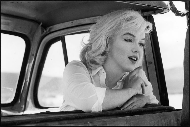 Marilyn Monroe in a car.