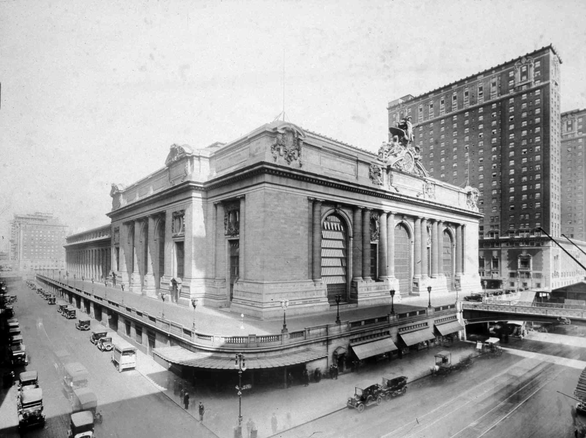 Archival photo of Grand Central Terminal complete / Commodore Hotel being built to the East.