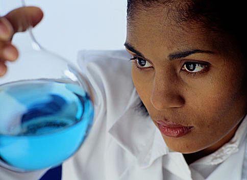 Chemiker untersucht einen Flüssigkeitskolben.