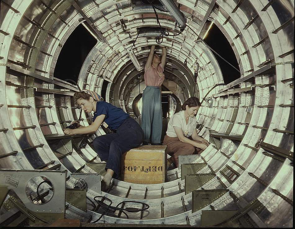 Women assembling a B-17 heavy bomber