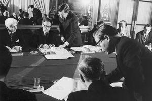 Sec. of State Henry Kissinger Signs Vietnam War Cease Fire