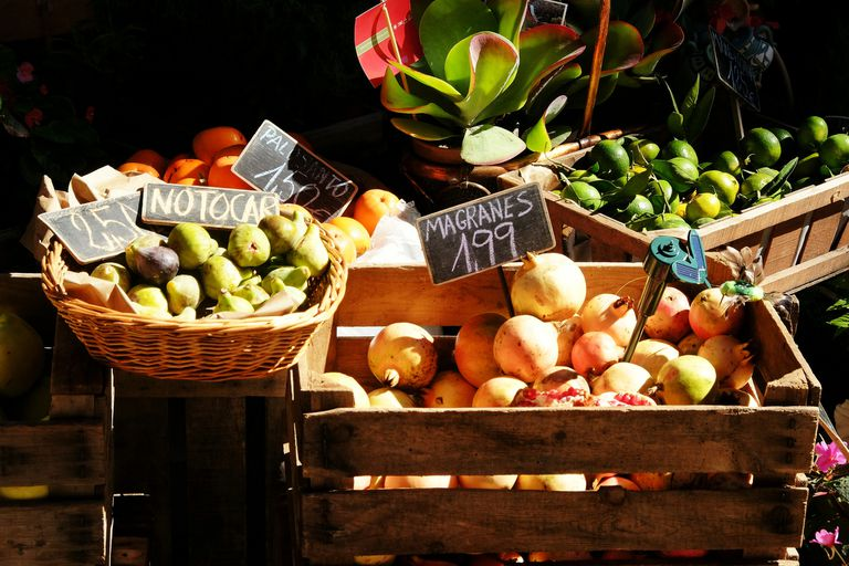 fruit for sale with signs in Spanish