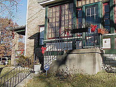 Λεπτομέρεια του Sunporch με κόκκινα παράθυρα