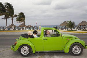 Auto mexicano en costa de Estados Unidos.