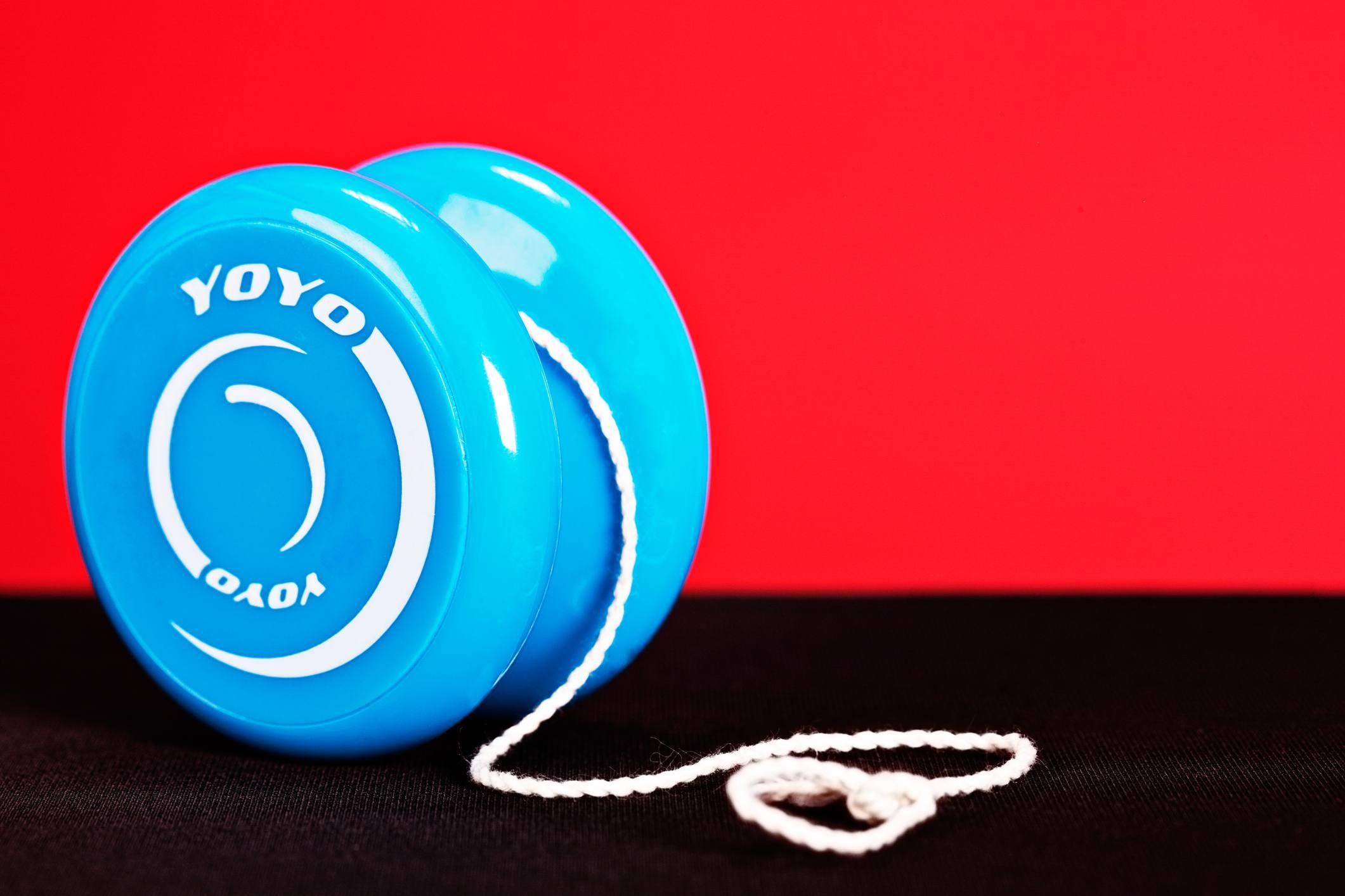 Blau Jo-Jo auf Rot und Schwarz